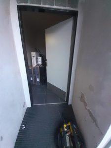 Otevření zaseknutých vstupních dveří a následná výměna zadlabávacího zámku